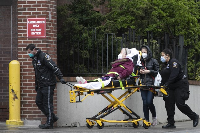 En patient är på väg in på New York Presbyterian Brooklyn Methodist Hospital, den 6 maj.