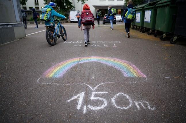 I tyska Köln påminner kalkteckningar på asfalten barnen om att hålla avstånd när de på måndagsmorgonen återvände till skolan.