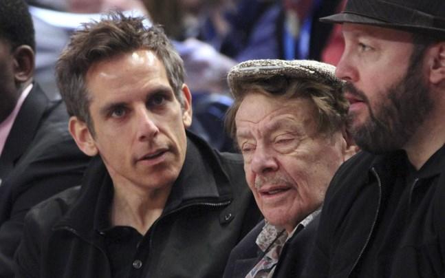 Ben Stiller och hans pappa Jerry Stiller tillsammans på en basketmatch.