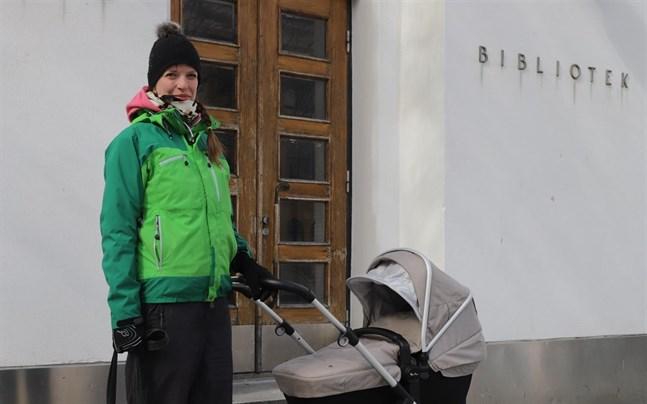 Susanna Könnö lånar gärna böcker åt sina barn.
