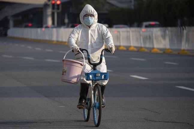 En boende i Wuhan på cykeltur några dagar efter att karantänen hävts. Nu ska samtliga jättestadens invånare testas.