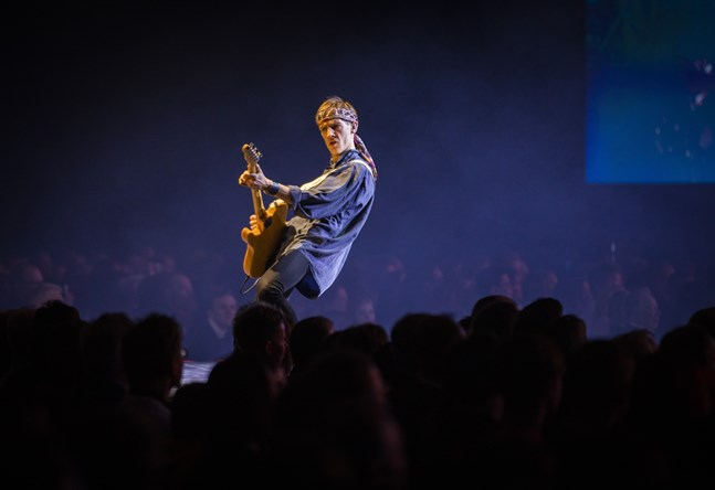 """Kevin Holmström som """"det manliga geniet"""" Leif sjungades """"Hej du människa"""" i Botniahallen."""