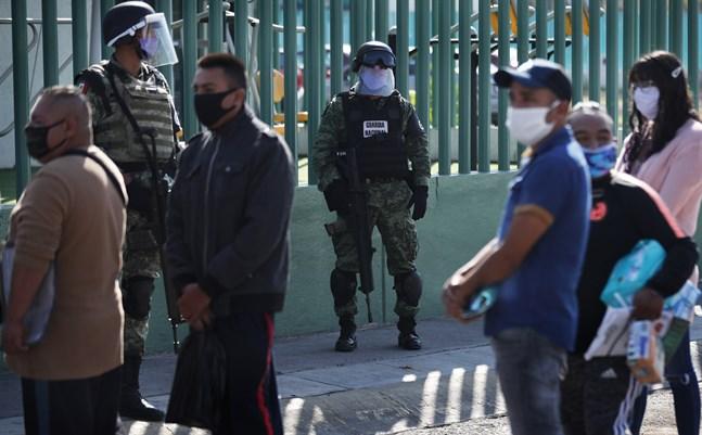 Vakter och anhöriga till coronasjuka utanför ett sjukhus i Mexico City i början av maj.