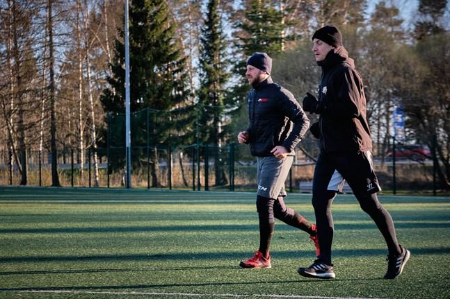 Filip och Erik Riska tränar tillsammans vid Storvikens skola i coronatider. Här är det uppvärmning som gäller.