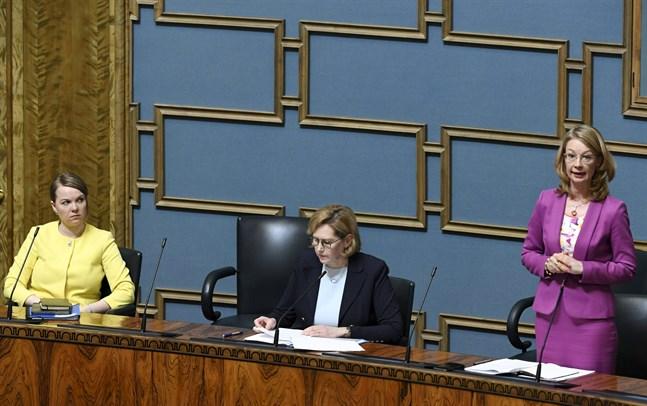 Finansminister Katri Kulmuni, arbetsminister Tuula Haatainen och Europa- och ägarstyrningsminister Tytti Tuppurainen i riksdagen på tisdagen.