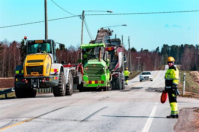 Uppfräsning av vägytan begränsade trafiken vid Socklot korsning. Vägarbetena kommer att pågå i några veckor.