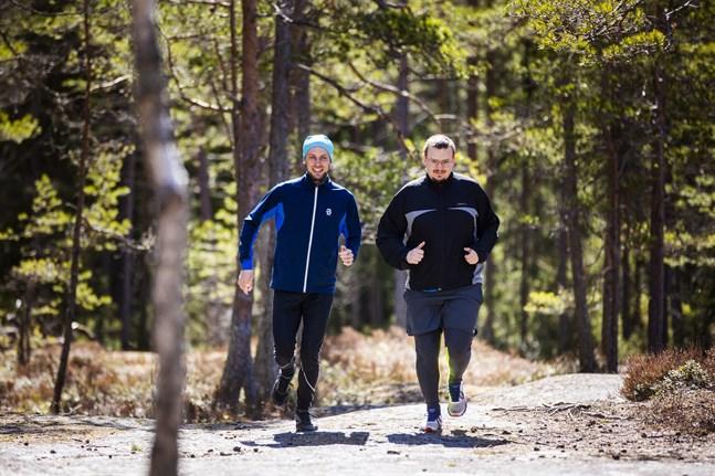 """Jonny Huggare Smeds (till höger) springer ofta tillsammans med grannen och barndomsvännen Robert Örn. Att träna tillsammans med någon gör att man tänker på annat än hur tungt det är – """"Vi ventilerar, avreagerar oss och pratar om allt"""", säger Jonny."""