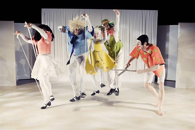"""Många kanske minns dräkterna som Heidi Wikar gjorde för """"Pinocchio"""" på Wasa Teater 2010. De som på bilden bär dräkterna är Lotta Kaarla, Nanna Rahikainen, David Sigfridsson, Anton Söderman och Jakob Höglund."""