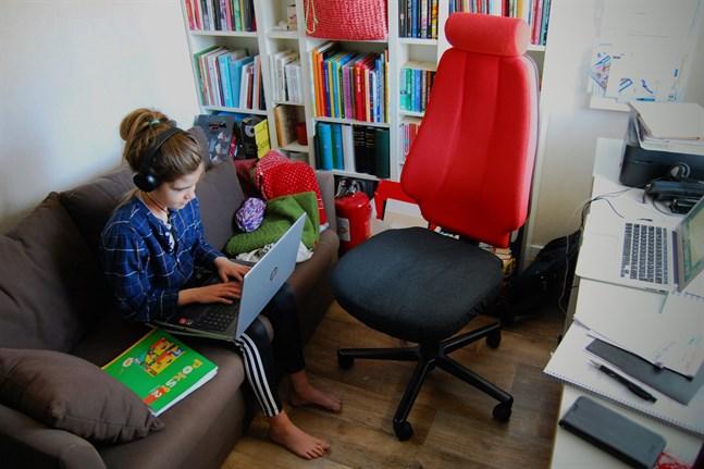 Studiebesök i hemmakontoret. Distansundervisning har kombinerats med distansjobb i många hem sedan mitten av mars.