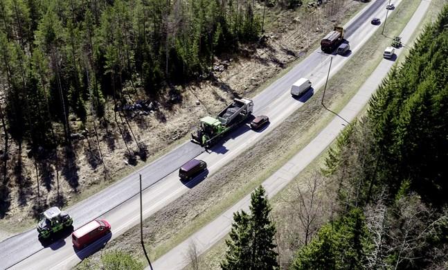 Asfalteringsarbetet på väg 749 har kommit igång.