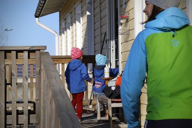Siri och Max Yli-Ikkelä rusar ifrån mamma Camilla Häggdahl in till Molpe daghem. Flaskan med handsprit utanför dörren är för föräldrarna.