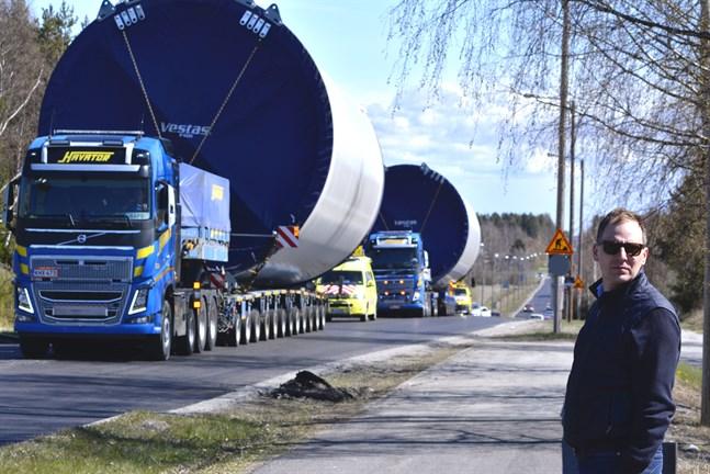 Hans Vadbäck från Fortum var på plats vid rondellen i Näsby för att se de första torndelarna anlända till vindkraftsparken i Kalax.
