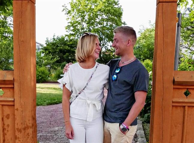 Hanne Wilhelmsson och Christoffer Granskog planerar gifta sig i Sundom kyrka i juli. Bröllopsfesten är tänkt att hållas i Sundom uf.