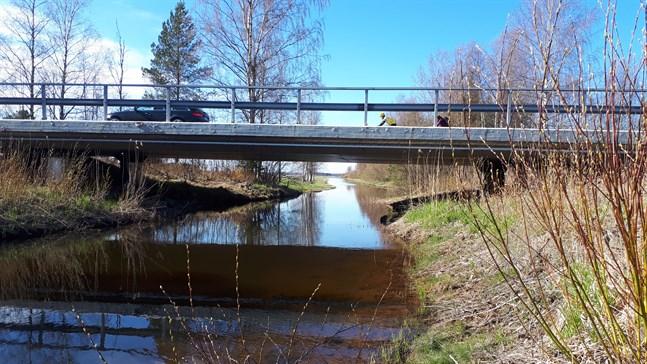 Det tar omkring tre månader att reparera bron vid Vassorfjärden i Korsholm.