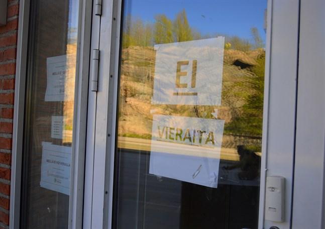 Situationen på svårt coronadrabbade flyktingförläggningen i Esbo har blivit bättre.