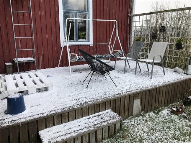 En hagelskur drog in över Forsby på fredagsförmiddagen.