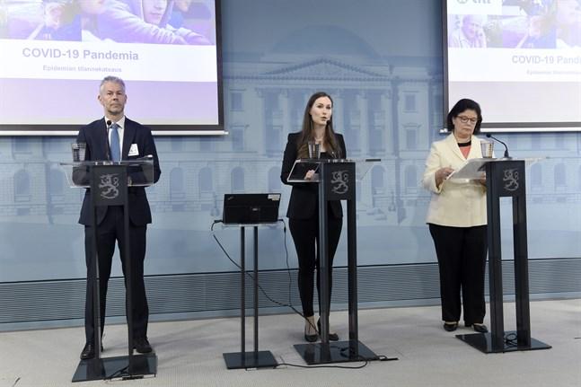 Statsminister Sanna Marin (SDP) informerar om coronaläget tillsammans med överläkare Taneli Puumalainen från Institutet för hälsa och välfärd (THL) och Social- och hälsovårdsministeriets strategidirektör Liisa-Maria Voipio-Pulkki.