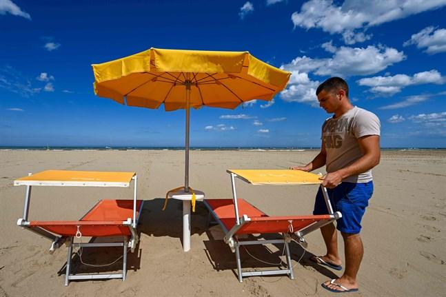 Tomma stränder betyder tomma konton för dem som livnär sig på turism.