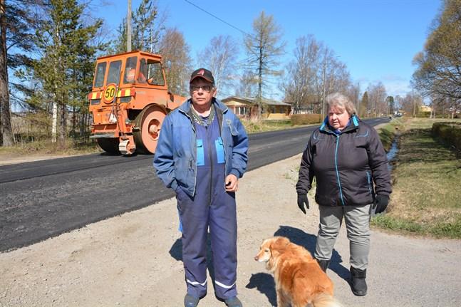 Det blir nog bra nu, men vi har nog fått vänta länge på ny asfalt, konstaterar Leif Kaas och Lilian Broända med hunden Astrid.