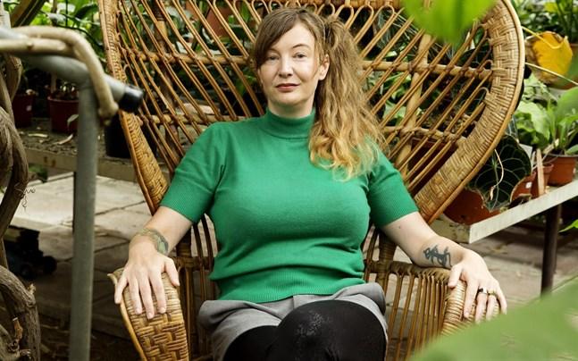 Josefine Adolfsson är prisad i filmbranschen – nu är hon aktuell med en ny roman.