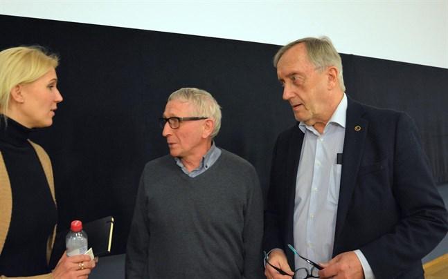 Hans Frantz i diskussion med vårdnämndens ordförande Christer Rönnlund (SFP) och vårddistriktets direktör Maria Kinnunen i Kristinestad tidigare i år.