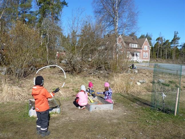 Att man hålls friskare på utsidan är något som personalen vid Skogsnissarna i Jakobstad kan bekräfta, åtminstone för egen del.