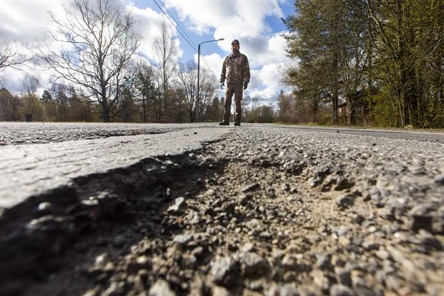 Börje Grims på Veikarsvägen vid ett av hålen som inte lagades.