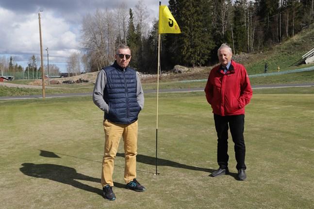 """Christoffer Wiik och Torolf Höglund från Vörå Golf utmanar andra golfklubbar i Finland att också skänka en del av sina intäkter till """"vardagshjältar"""" under coronakrisen."""