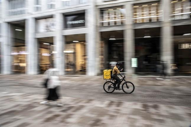 Öde gator i Italien, som här i Milano tidigare i veckan, kan bli ett minne blott då landet lättar på coronarestriktionerna med start på måndag.