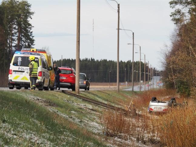 En bil har kört av Riksåttan i Pedersöre.