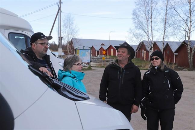 Svedjehamn är en populär destination bland husbilsägare. Johan och Mona Grankulla och släktingarna Lisen och Mikael Grankulla har vandrat Bodvattnet runt och grillat korv.