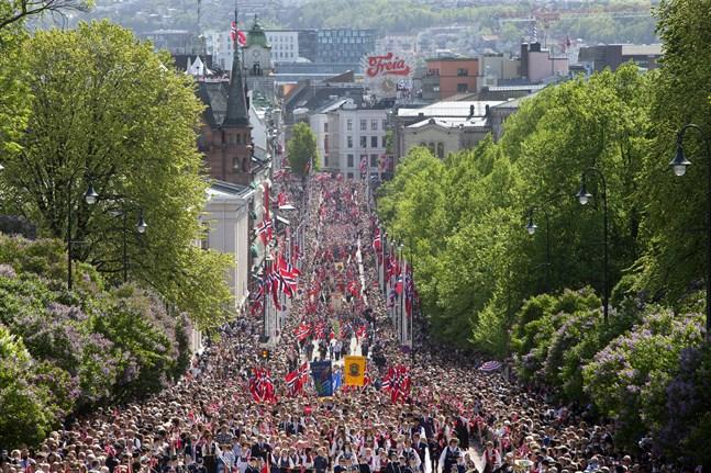Norrmännen går vanligtvis man ur huse för att fira nationaldag den 17 maj. Bild från Oslo i fjol.