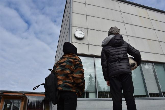 Sammanlagt 15 elever och 6 personer ur personalen har blivit satta i karantän i två skolor i Helsingfors. För skolornas övriga elever fortsätter närundervisningen.