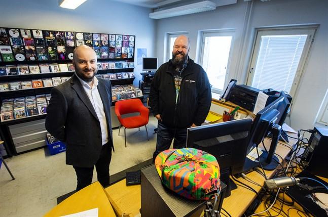Niklas Nyberg, vd på HSS Media, och Anssi Marttinen, som varit ensam ägare till den lokala radiostationen Radio Vaasa-Radio Vasa.