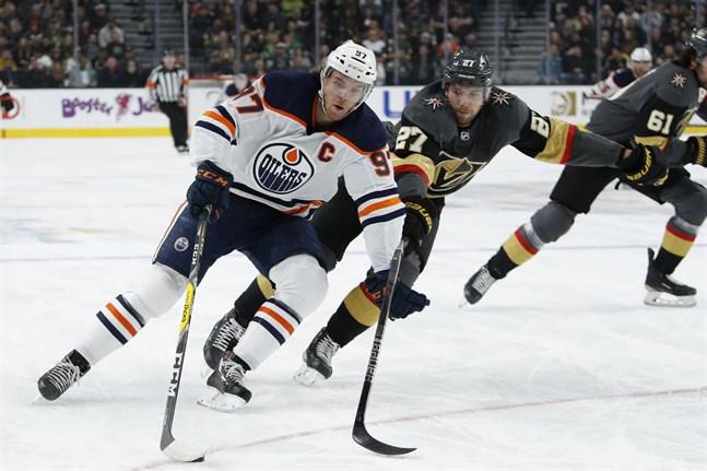 Edmontonstjärnan Connor McDavid, i vitt, kanske får snöra på sig skridskorna snart. Diskussionerna om att återuppta NHL-säsongen har intensifierats.