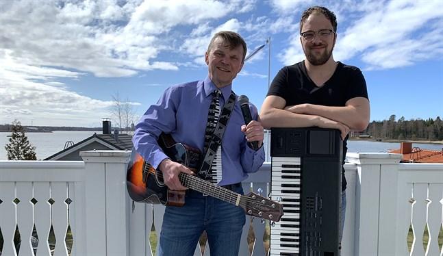 Tomas Fant, till vänster, och Anton Plogman sjunger både äldre och nyare allsångspärlor på en virtuell konsert.