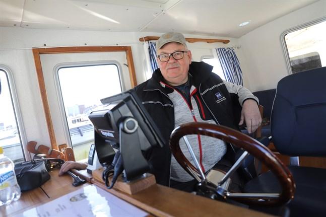 För att göra båten mer personlig har Peter Remahl skaffat gardiner, skyltar, elektroniska verktyg och ett bekvämare förarsäte. Det förra hade inga armstöd, vilket gjorde båtfärden obekväm vid större vågor.