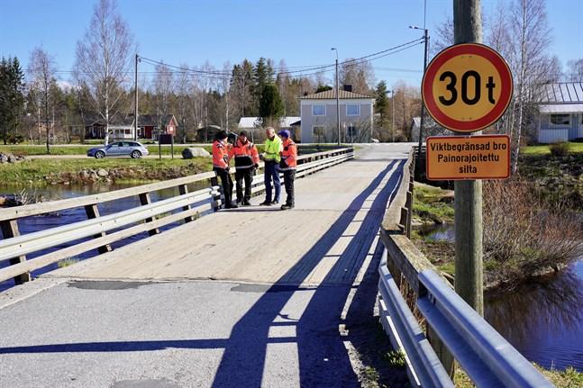 I samband med fjolårets brobesiktning fick Påvallbron en viktbegränsning på 30 ton. Nu förstärks den med rejälare och fler stålbalkar. Brons nya bärförmåga avgörs efter renoveringen.