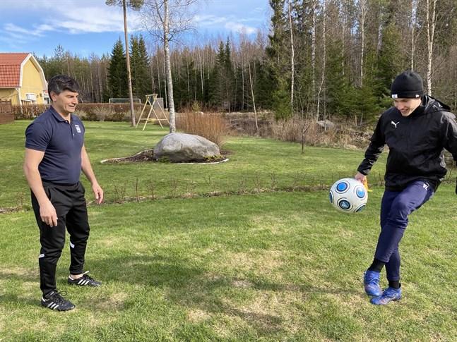 Det är enkla övningar som görs under Ville Laines och Alexandru Marcas träningspass. Det gör att deltagarna kan vara i alla åldrar.