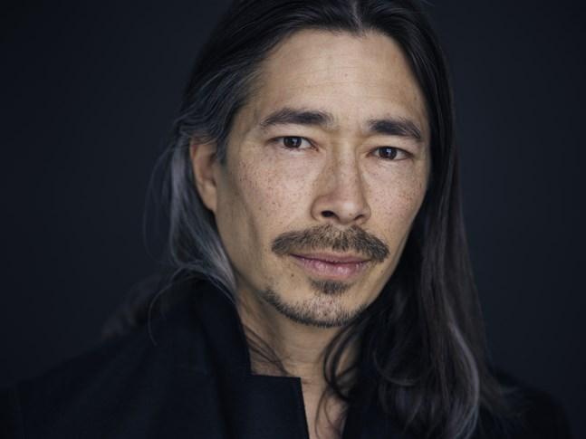 """Skådespelaren Kristofer Kamiyasu läser in """"Balladen om sångfåglar och ormar""""."""