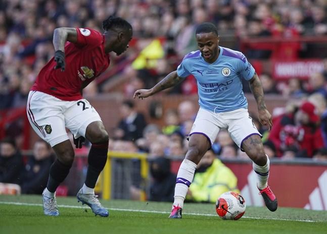 Manchester Citys Raheem Sterling, till höger, menar att det behövs fyra till fem veckor innan Premier League kan återstarta. Arkivbild.