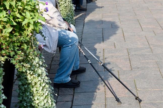 Enligt myndigheternas nya riktlinjer får äldre över 70 röra sig fritt utomhus igen.
