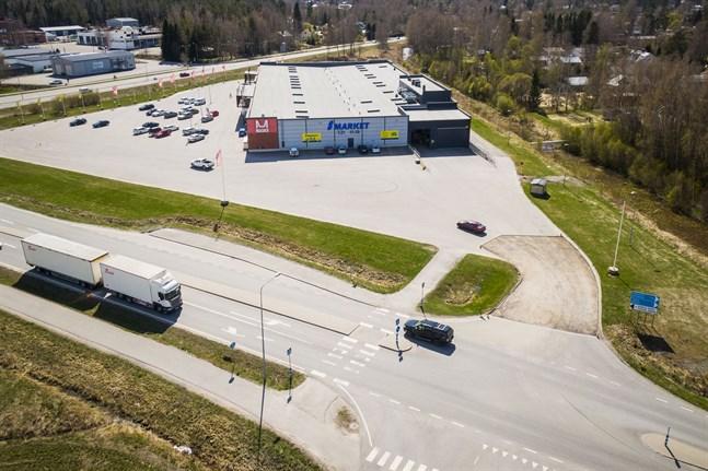 I nuläget kör alla bilar som ska till Botniahallen och affärsfastigheten från Korsholmsvägen över övergångsstället. Flyttas det norrut svänger bilburna Botniahallsbesökare och affärskunder av innan övergångsstället.