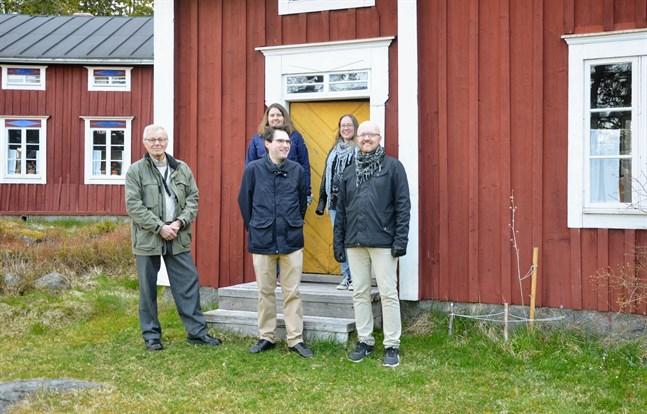 Här vid Granösunds fiskeläge har flera scener spelats in. Från vänster Göran Strömfors, Eva-Marie Backnäs, Daniel Beijar, Nina Sten och producent Simon Staffans. Beijar och Sten sitter inte bara i arbetsgruppen utan syns också framför kameran på museet.
