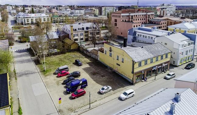 I augusti börjar bygget av ett trevåningshus i Neristan. Platsen är Storgatan 22 där ett hus brann ner för åtta år sedan. Karleby centrum. Neristan. 19.5.2020.