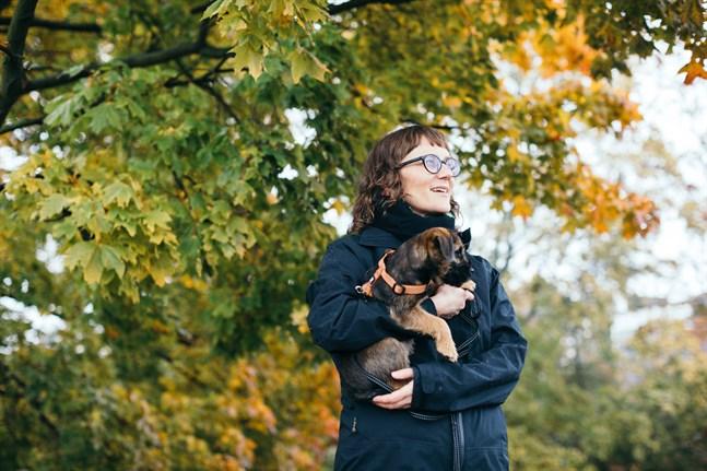 Bildkonstnären och illustratören Malin Ahlsved med en av sina två hundar.