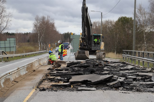 Först renoveras halva bron. Då den är klar för öppning fortsätter jobbet med andra halvan.