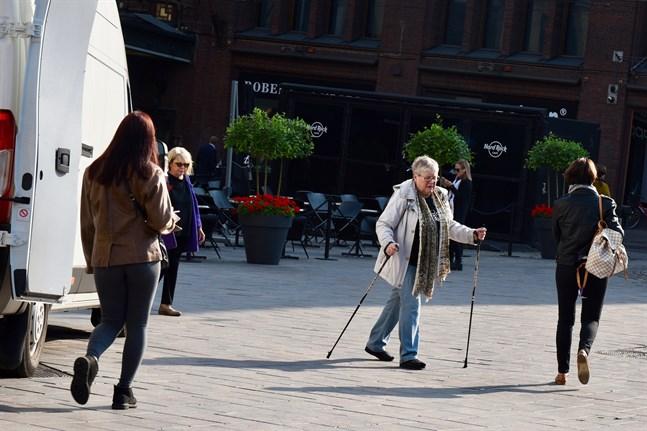 Personer som är äldre än 70 rekommenderas motionera utomhus eller hemma varje dag.