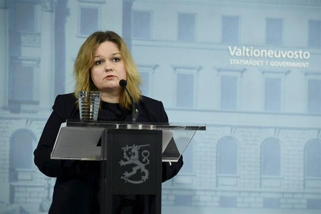 Familje- och omsorgsminister Krista Kiuru (SDP) informerade om återöppningen av restaurangerna på tisdagen.