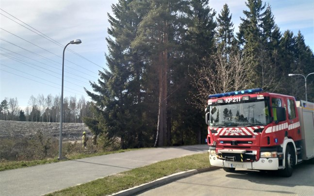 En liten markbrand uppstod i skogsgläntan mellan Kållbyvägen och Linneavägen.